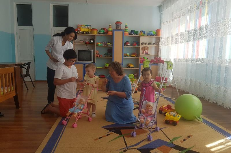 Усыновленный иностранцами воспитанник Дома малютки посетил родной Шымкент