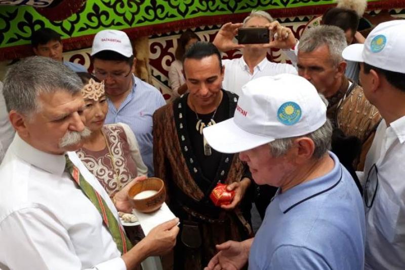 匈牙利议长在哈萨克毡房中品尝美食