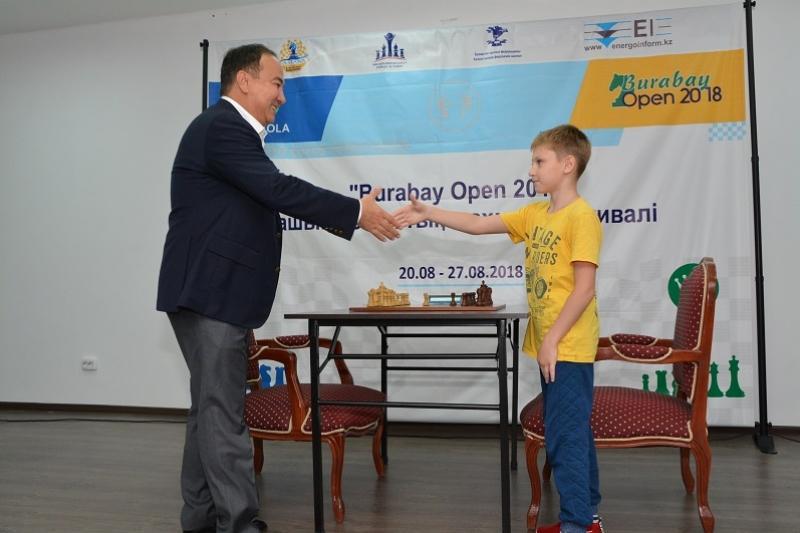 Аким Акмолинской области сыграл в шахматы с чемпионом
