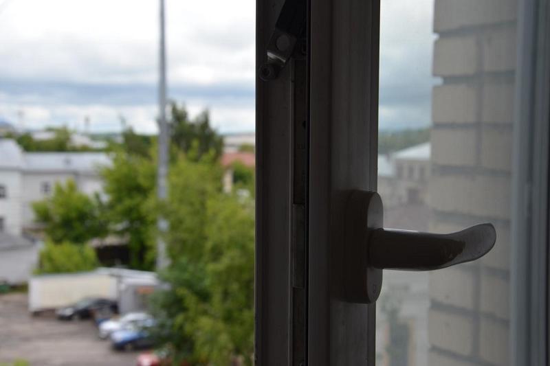 Мужчина пытался сброситься с 6 этажа в Актау