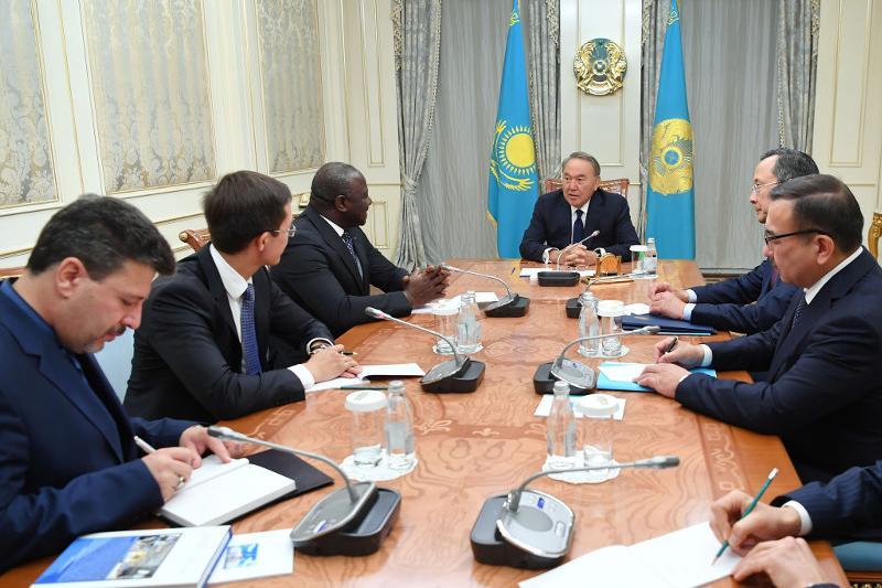 纳扎尔巴耶夫总统总统会见拉西那•泽博