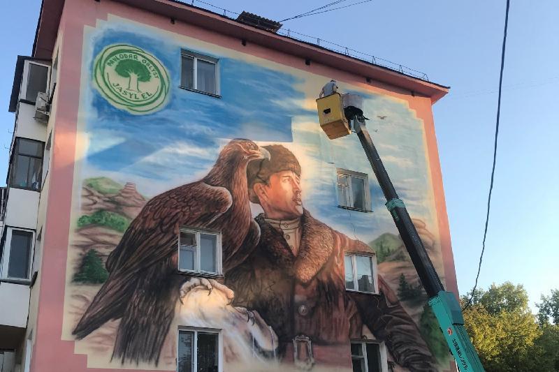 Беркутчи высотой в 4 этажа нарисовали на стене дома Павлодара