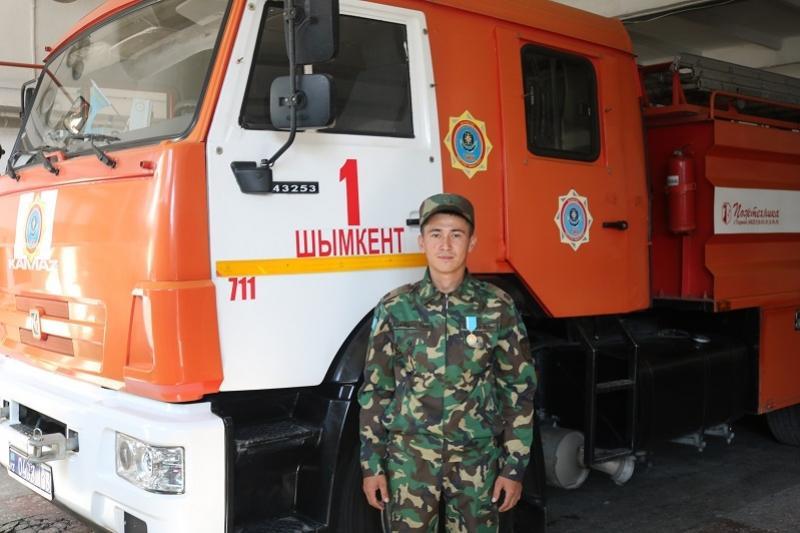 Пожарный в свой выходной спас двух человек во время пожара в Шымкенте