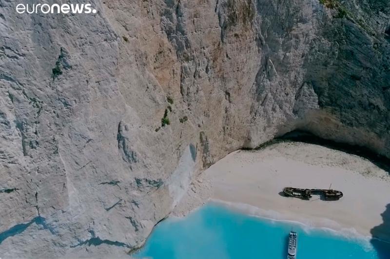 Паника на берегу: на греческом пляже обвалилась скала