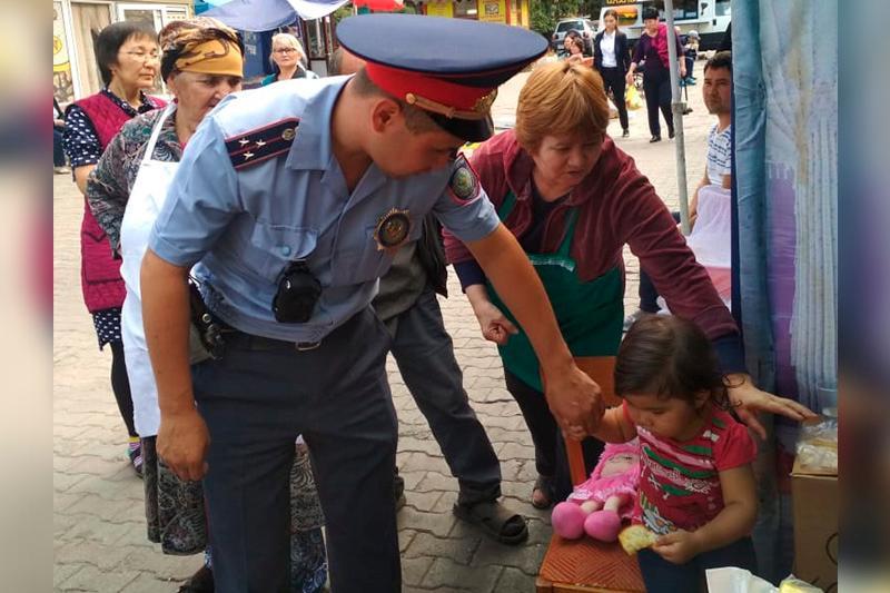 Маленькую девочку нашли на рынке Алматы