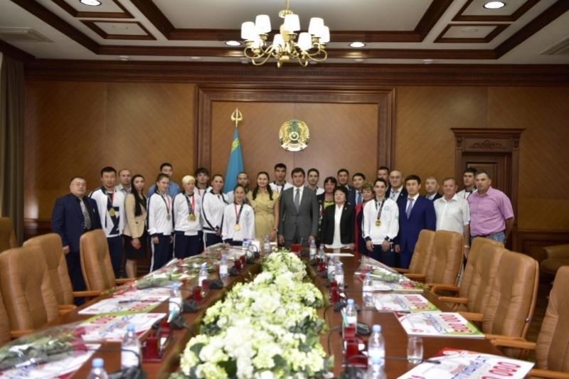 По миллиону тенге получили победители Азиады и их тренеры от акима Шымкента