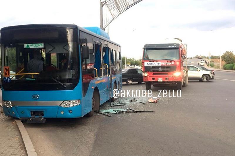 Ақтөбеде жолаушылар автобусы мен КамАЗ соқтығысты