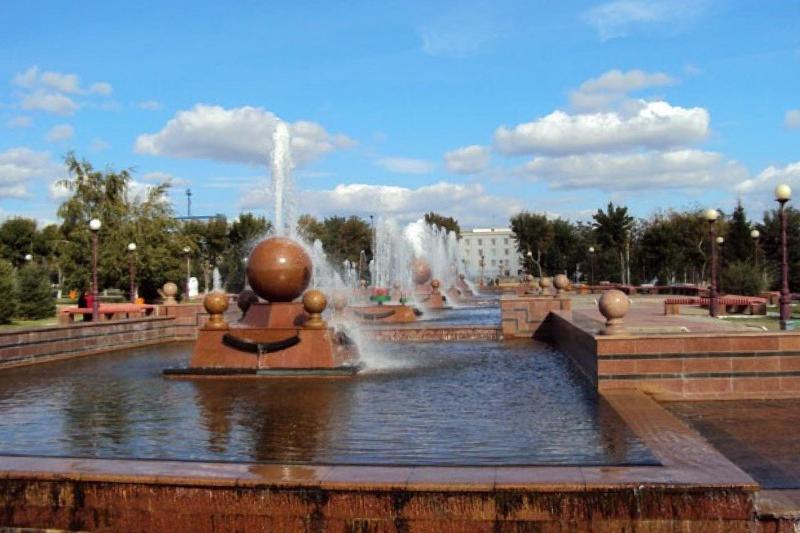 Фонтаны консервируют на зиму в Павлодаре