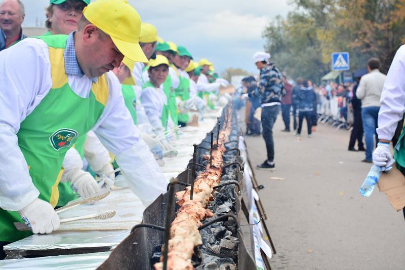 Самый длинный шашлык в мире приготовили в Акмолинской области