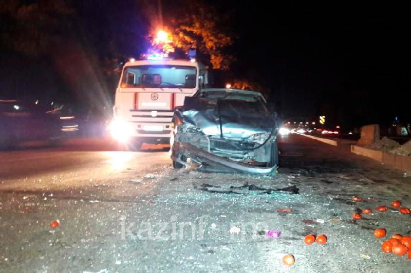 ДТП в Алматы спровоцировала попытка пропустить грузовик