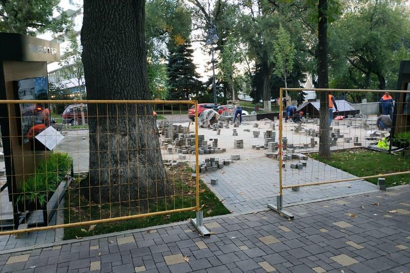 На недавно реконструированной улице Панфилова в Алматы меняют брусчатку