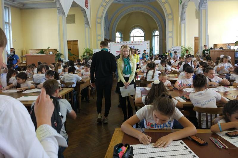 150 учениц академии UCMAS установили мировой рекорд по ментальной арифметике