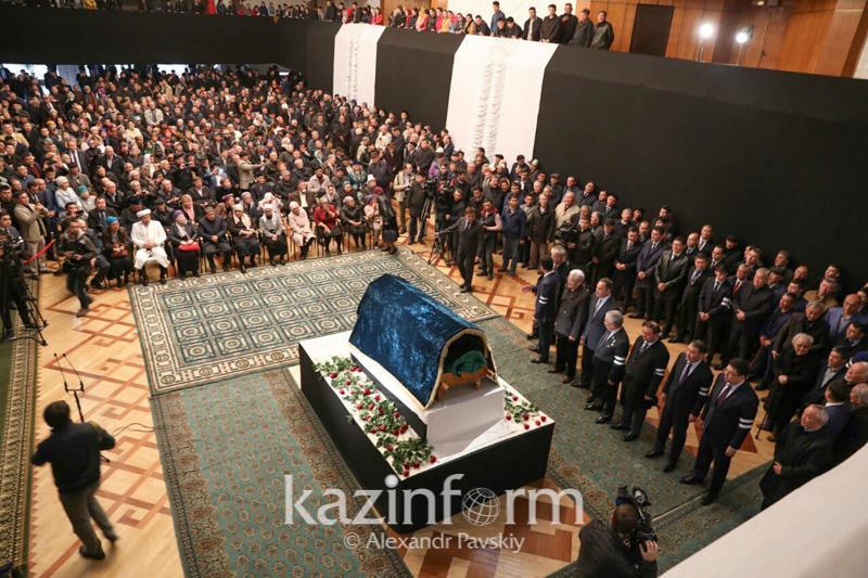 В Алматы прощаются с писателем Шерханом Муртазой