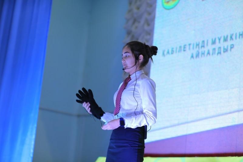 Школьница из НИШ Актау создала сенсорный протез руки