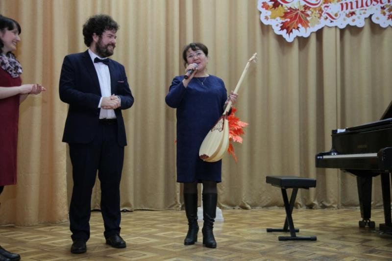 Костанайцы вручили известному польскому пианисту домбру