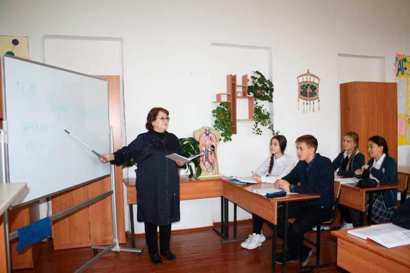«Лучший наставник», учитель истории Ляззат Кажаева из ВКО выпустила третью книгу стихов