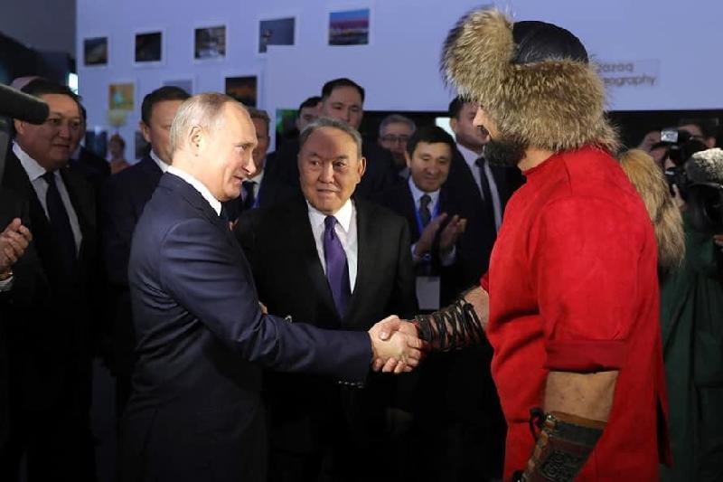 Акмолинский палуан подарил Владимиру Путину символизирующий дружбу гвоздь