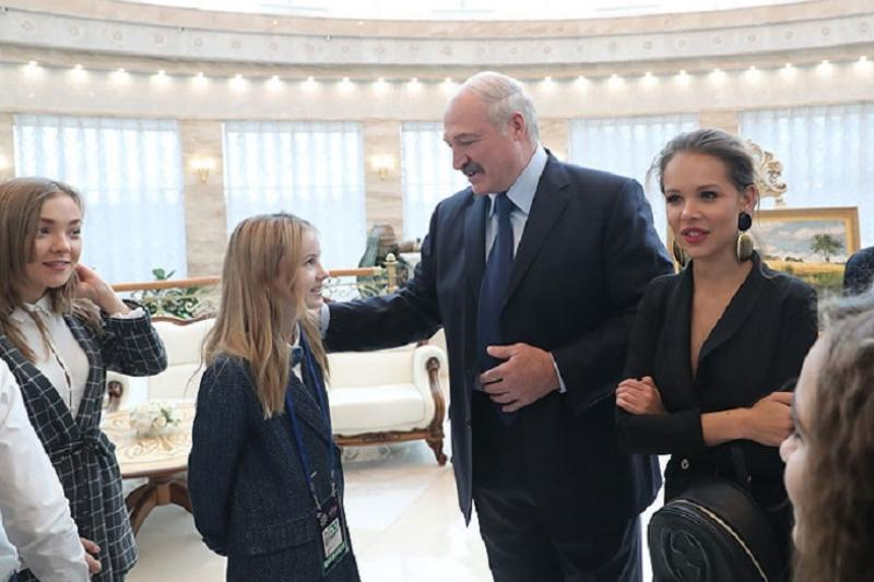 Данэлия Тулешова подарила оберег Президенту Беларуси