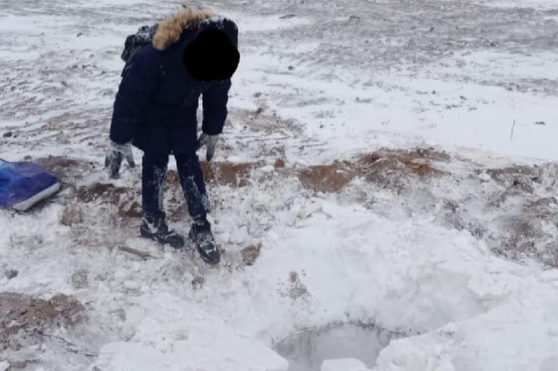 Ақтөбелік оқушы беті ашық жатқан құдыққа түсіп кетті