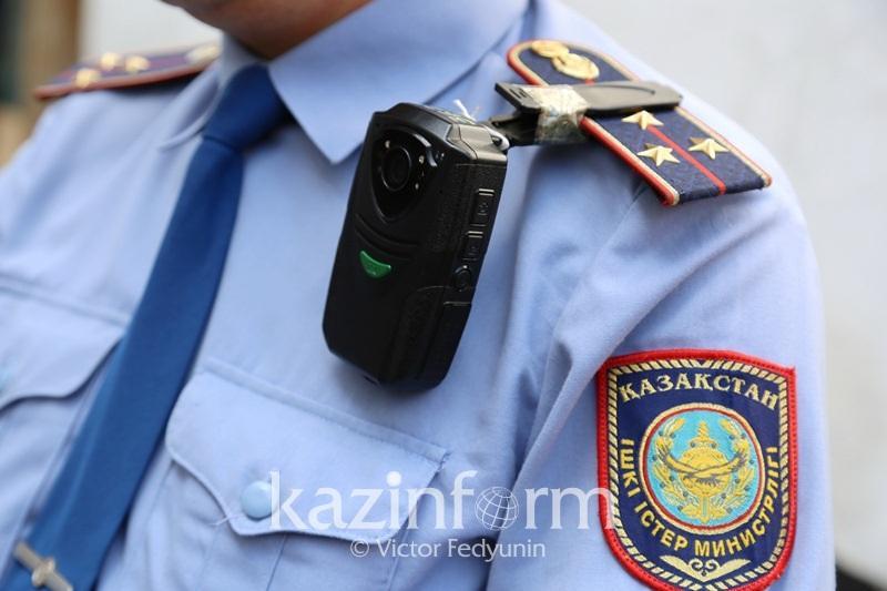 Алматы полициясы паркоматтарға плакат ілгендерді ұстады