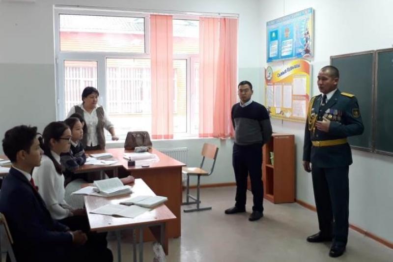 Уроки мужества ко Дню Первого Президента жамбылским школьникам провели армейцы