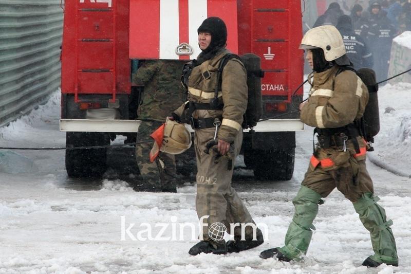 В Алматы пожар перекинулся с жилого дома на здание фирмы