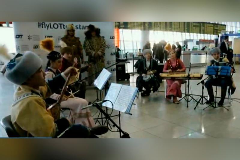Домбра, кобыз и жетыген зазвучали в аэропорту Варшавы