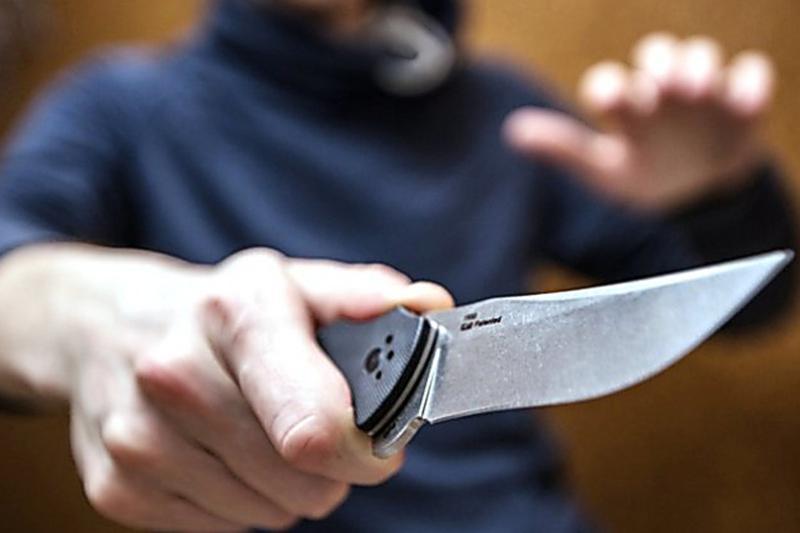 Грабитель напал с ножом на гвардейцев при задержании в Атырау