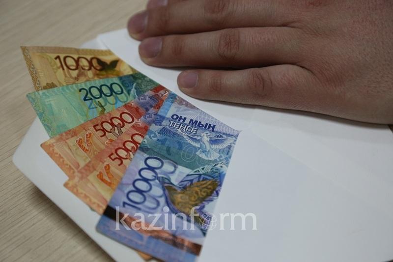 Для оформления мигрантов предприниматель дал взятку сотруднику ДКНБ по Акмолинской области