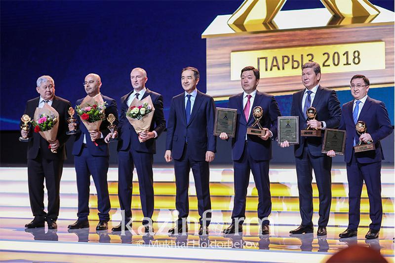 萨金塔耶夫总理向优秀企业颁发