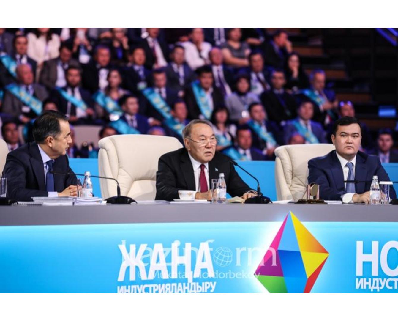 纳扎尔巴耶夫:应构建新的经济模式