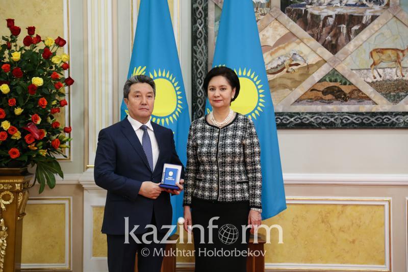 Гульшара Абдыкаликова вручила госнаграды казахстанцам