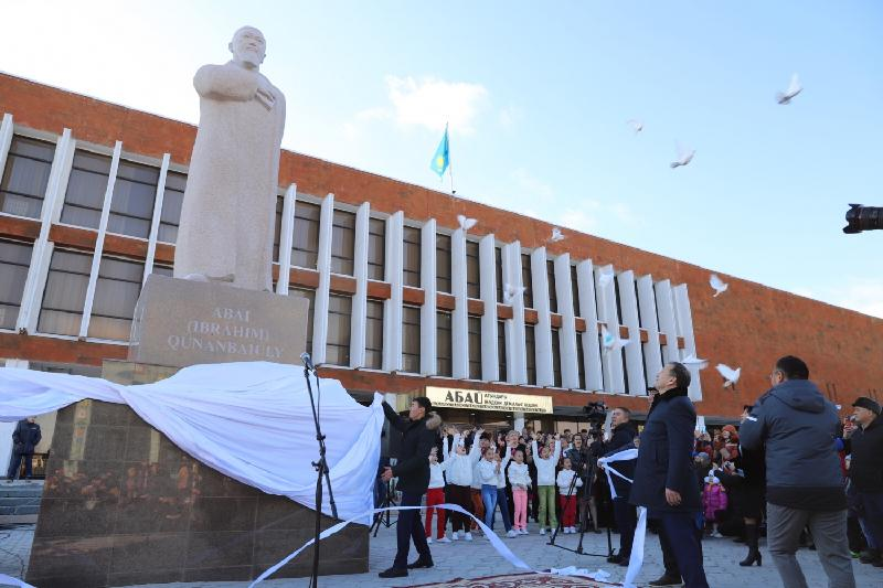 Aktau unveils monument to Abai