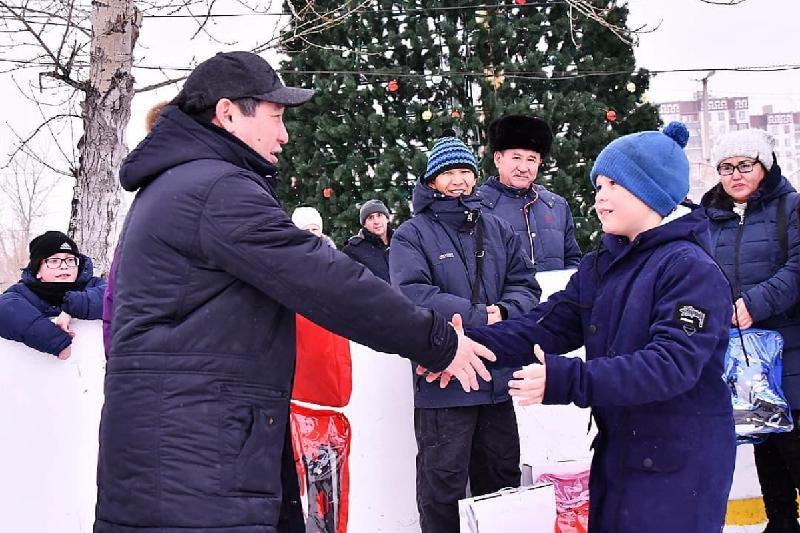 Дети из малообеспеченных семей Экибастуза получили в подарок коньки