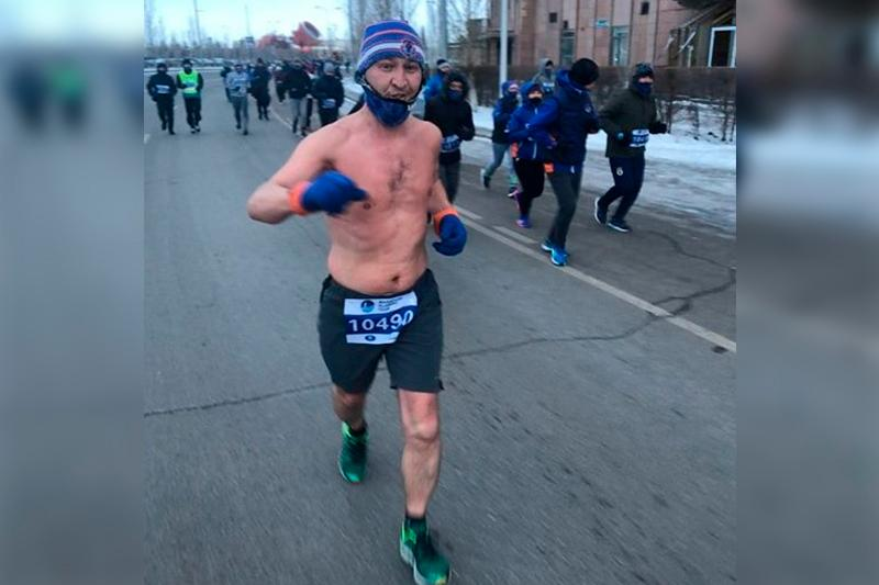 Кем является бегун, пробежавший марафон в Астане в одних шортах