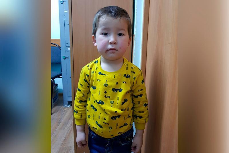 Родителей потерявшегося маленького мальчика ищут в Астане