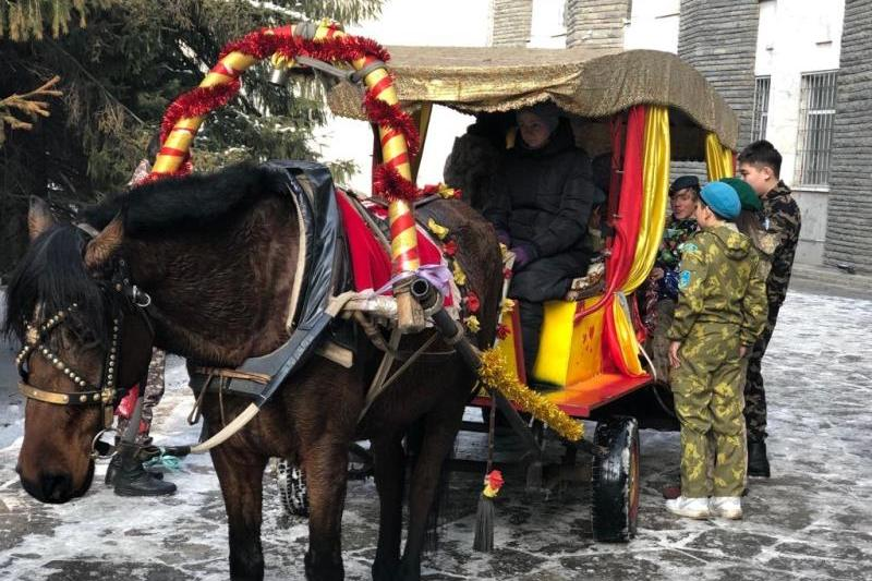 Вместо корпоратива сюрприз ветеранам и детям сделали военные Алматы