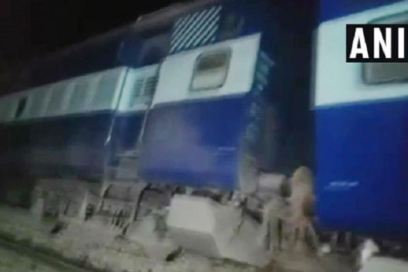 Из-за схода поезда в Индии погибло 6 человек