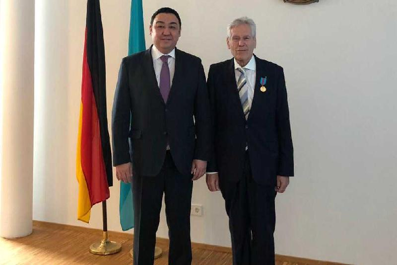 Kazakh Ambassador to Germany presents prominent politician with state award