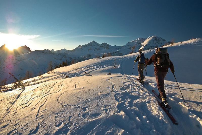 因存在雪崩险情 官方提醒阿拉木图市民及游客不要登山