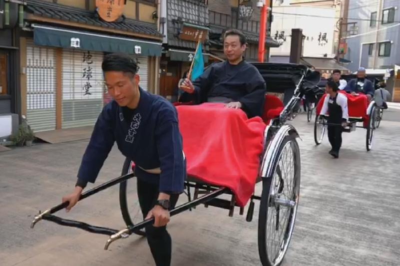 Японец в коляске-рикши спел песню и поздравил с Наурызом казахстанцев