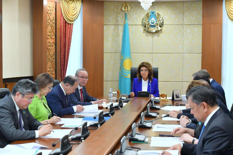 纳扎尔巴耶娃主持召开参议院主席团会议
