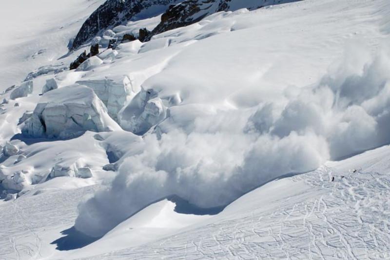 紧急情况部门在阿拉木图山区进行人造雪崩