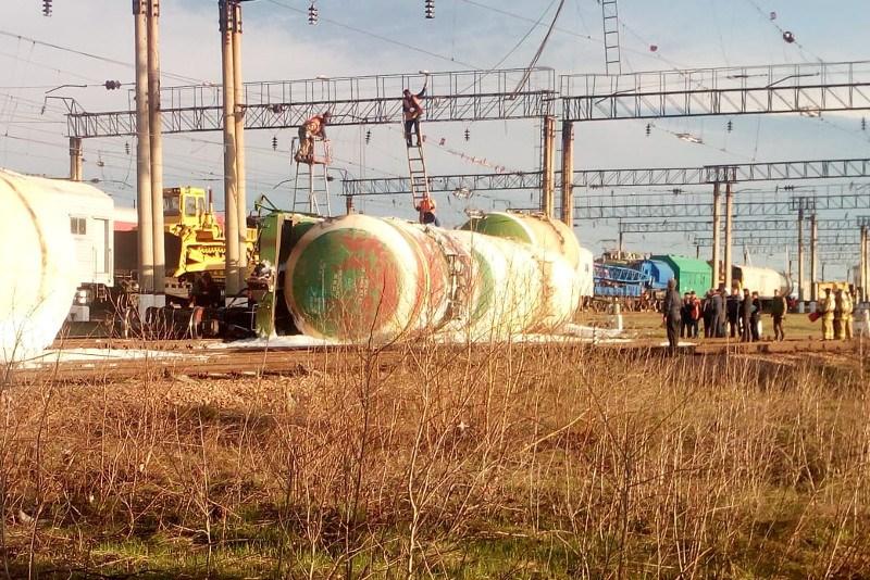 Сход 8 вагонов с дизтопливом произошел на станции Акколь Акмолинской области