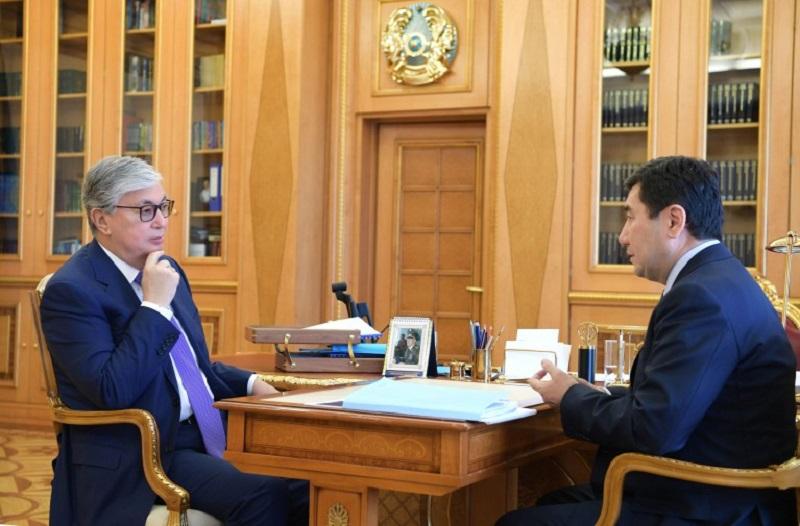 托卡耶夫总统接见卡拉干达州州长霍夏诺夫