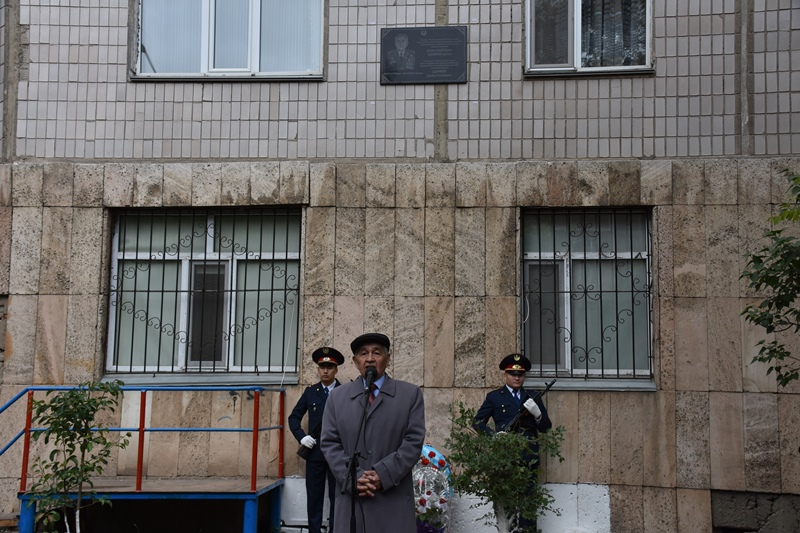 Мемориальную доску памяти ветерана органов внутренних дел открыли в Караганде