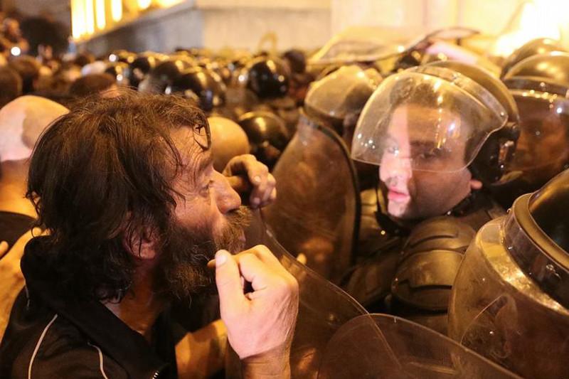 Массовые протесты в Грузии: митингующие штурмовали здание парламента