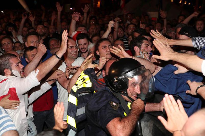 Попытка штурма парламента в Тбилиси: полиция применила водометы и газ
