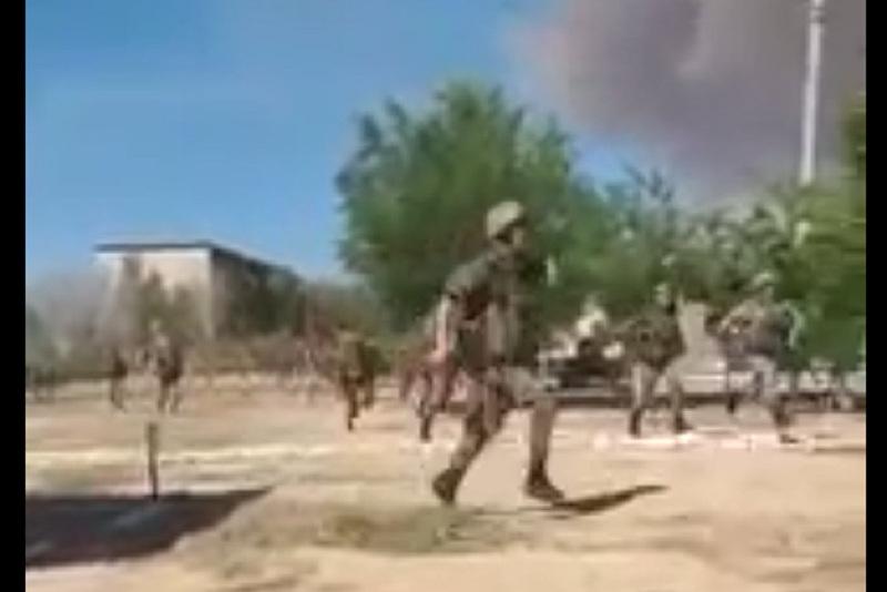 Как военнослужащие эвакуируют жителей Арыси