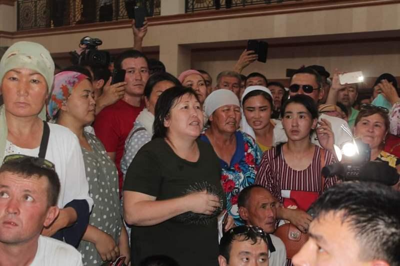 Аким Шымкента встретился с протестующими жителями города Арысь